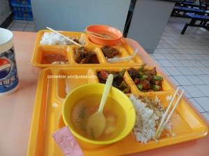 Inilah menu lunch kami.. Nasik campuq + sup yang takde rasa huhuhuh