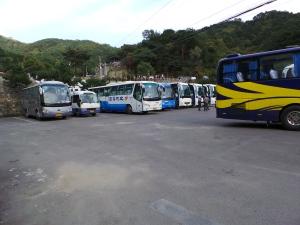 Kawasan parking bas dan tempat beratur naik bas